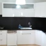 מטבח פורמייקה לבן מבריק בעיצוב המשלב שיש שחור וקנט אלומיניום